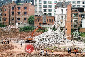 破拆机驾驶员冒险强推15米高砖墙被砸死(图)