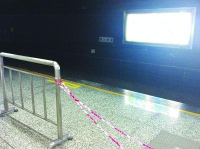 打工小伙跳下站台小便逼停地铁